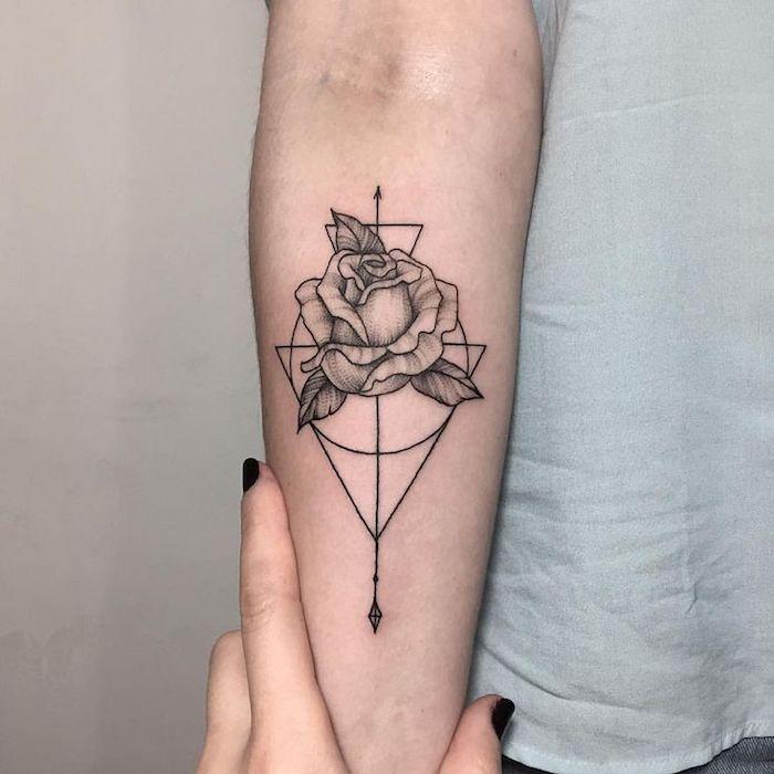 eine hand mit einem schwarzen nagellack, eine junge frau mit einer hand mit einem schwarzen tattoo mit einer schwarzen rose, rosen tattoos frauen