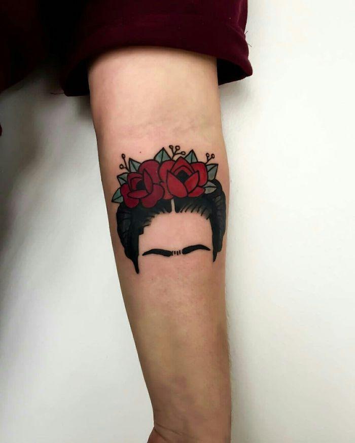 rosen tattoof für frauen, eine junge frau mit einer hand mit einem schwarzen tattoo mit einer frau mit schwarzen augen und roten rosen und grünen blättern