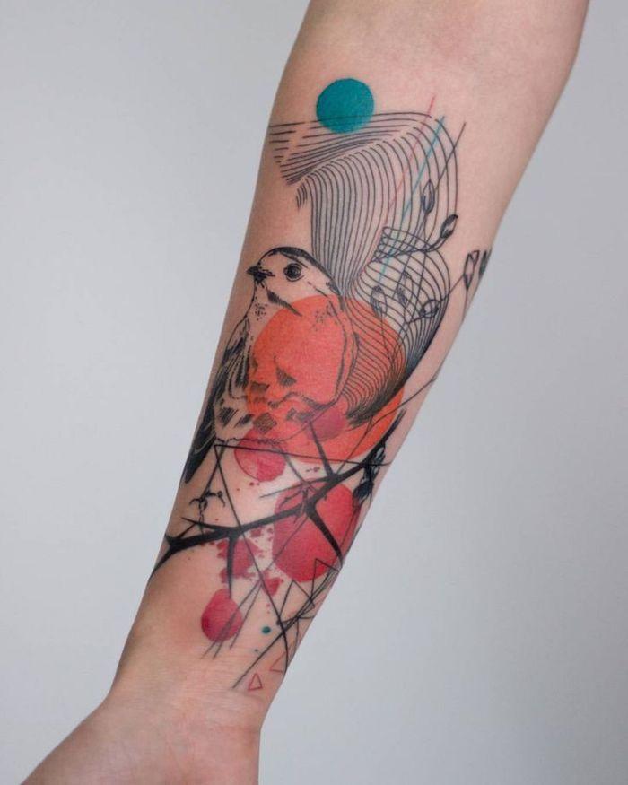 vogel tattoo für frauen, eine junge frau mit einer hand mit einem schwarzen tattoo mit einem ast und einem schwarzen vogel mit schwarzen augen