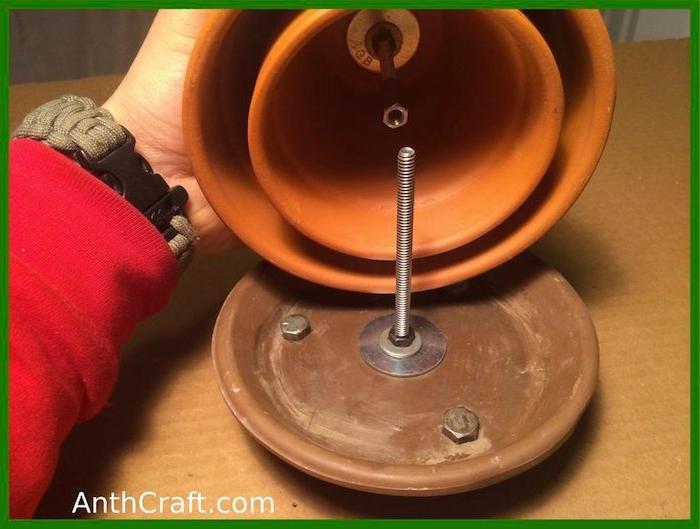 ei brauner teller aus keramik und mit schrauben und bolzen, einen teelichtofen bauen bauanleitung, zwei große und kleine braune blumentöpfe aus keramik und mit schrauben und bolzen