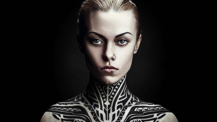 tattoos frauen, eine frau mit einem großen halstattoo, maori tattoo frau mit vielen kleinen schwarzen und weißen haifischzähnen