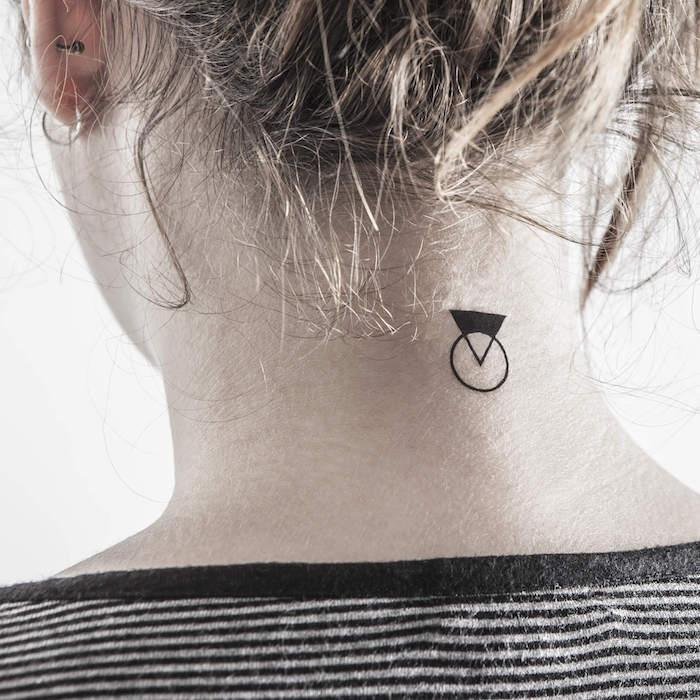 rücken tattoo frau, eine junge frau mit goldenen ohrringen und mit einem kleinen tattoo mit dreiecke