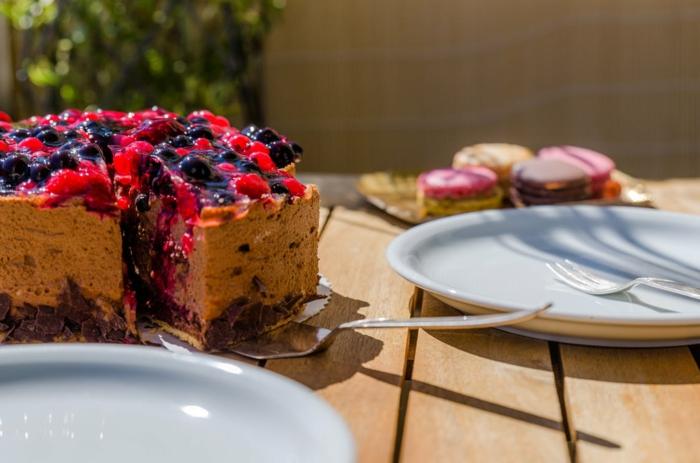 eine Fruchttorte, mit Erdbeeren und Himbeeren, Zitronenblatt, Geburtstagstorte selber machen