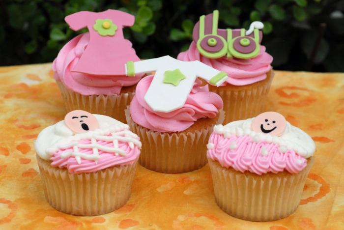 fünf Cupcake mit Babysachen aus Fondant für ein kleines Mädchen, Babyparty organisieren
