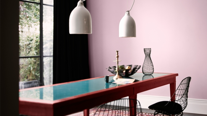 altrosa Wandfarbe, eine moderne Küche mit Theke und zwei Hocker, weiße Lampen