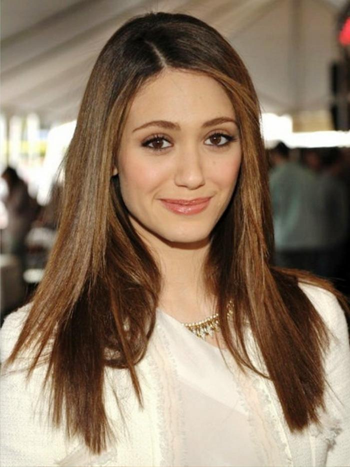 einfache Frisuren, Seitensteichel, weiße Bluse, einfache Frisuren von Prominenten als Beispiel