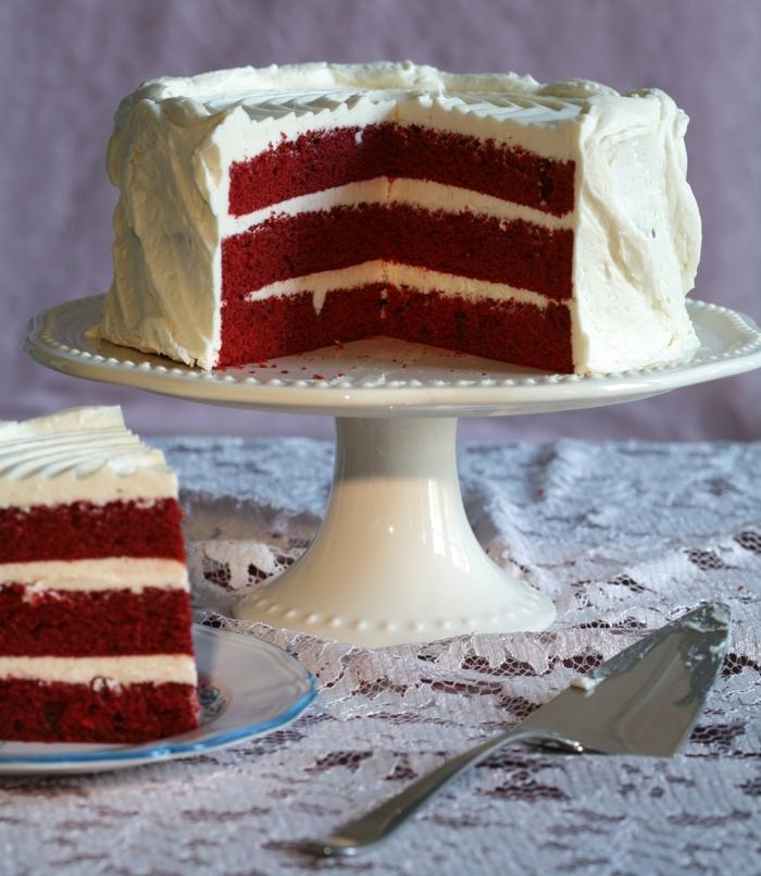 rote Böden von einer Torte, weiße Creme, Geburtstagskuchen selber machen