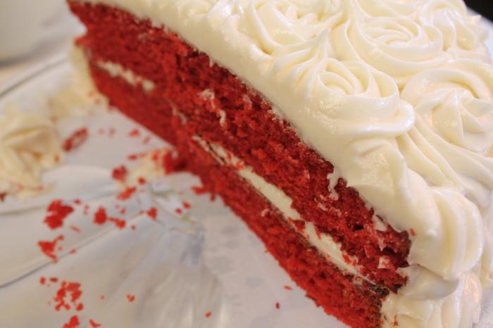 der rote Kuchen mit der weißen Creme, ein Stück, Geburtstagstorte selber machen