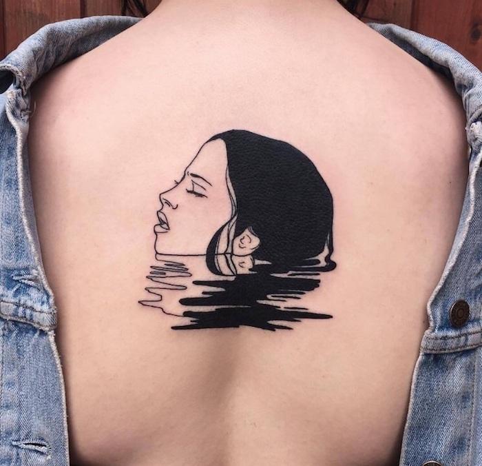 tattoo mit einem meer mit einem schwarzen wasser und einer jungen frau mit einer schwarzen haare, eine junge frau mit einem rücken tattoo, frauen tattoos ideen