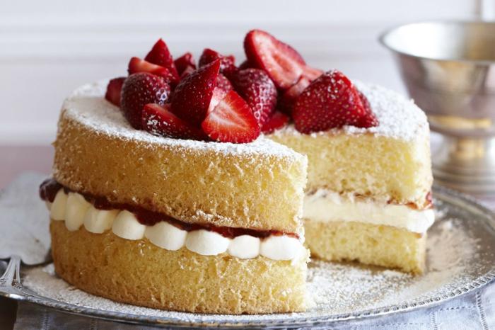 einfache Torten Rezepte, zwei Zitronenböden, weiße Creme in der Mitte, mit Erdbeeren dekoriert