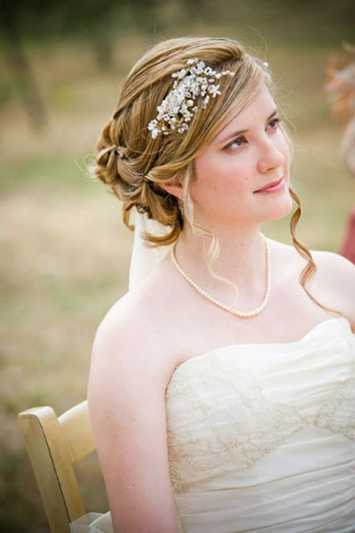eine Braut, einfache Hochsteckfrisuren für lange Haare, weißer Haarschmuck, eine Kette