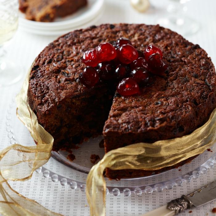 eine Schokolade Torte mit Sauerkirsche dekoriert, mit gelber Schleife gebunden, Geburtstagstorte selber machen