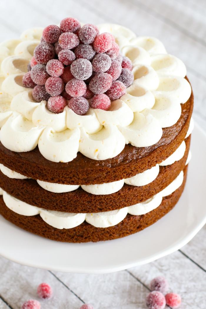 eine weiße Creme, kleine Beeren, drei Schokoladen Böden, Geburtstagstorte selber machen
