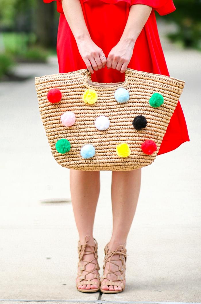 eine moderne Tasche mit Pompons verziert, Bommel basteln, Pompons in gelber, roter und anderen Farben
