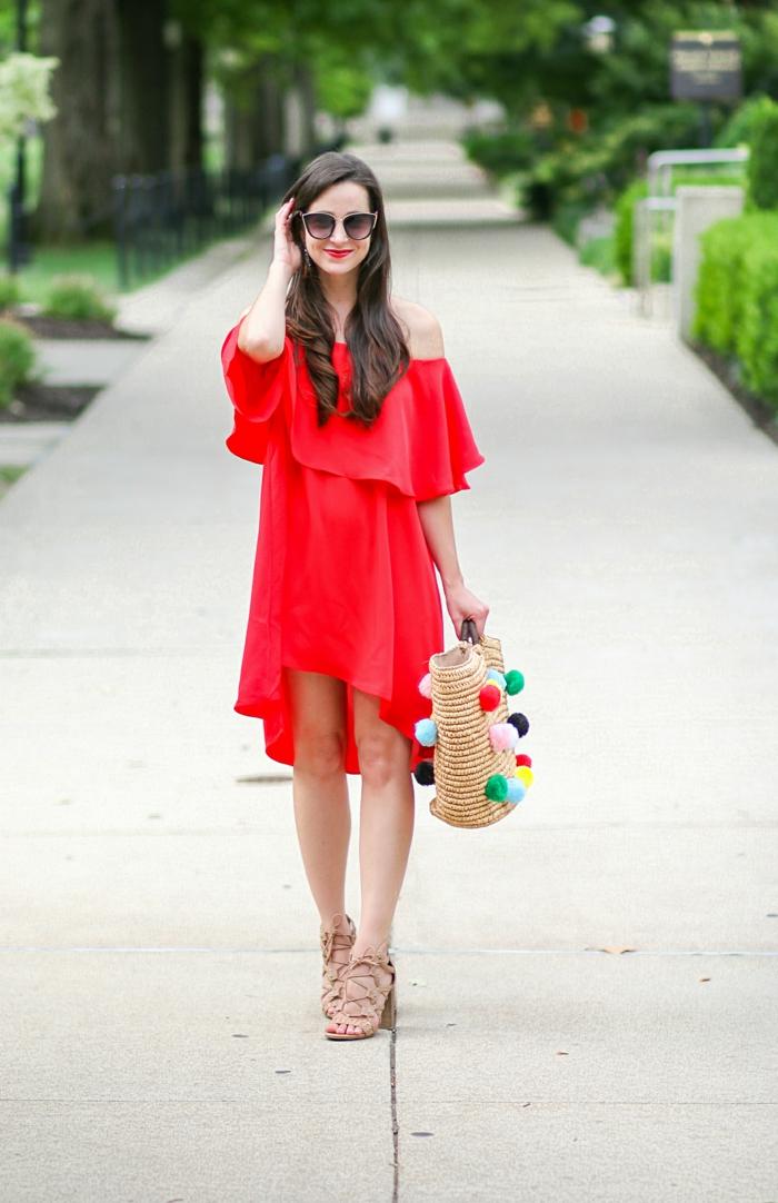 ein rotes Kleid, eine Tasche mit vielen Pompons, eine geflochtene Tasche, Pompon Schablone