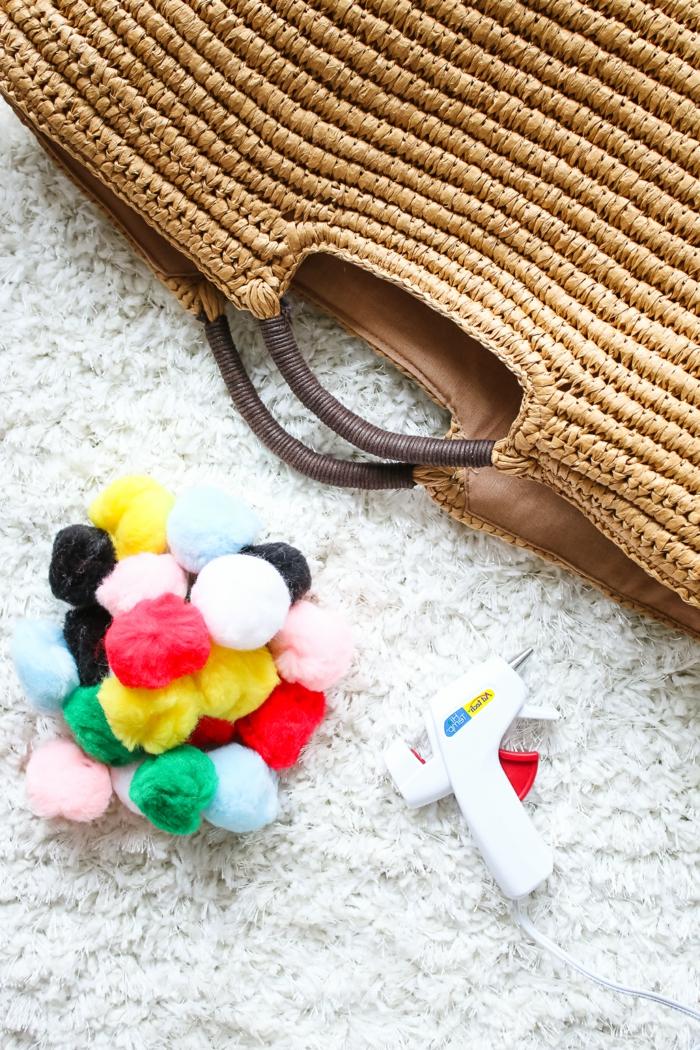 die benötigten Sachen für ein DIY Projekt, Pompon Schablone, Heißkleber