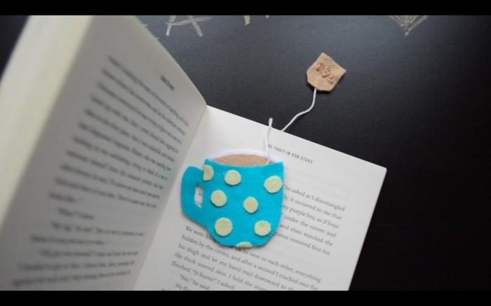 ein blaues Lesezeichen mit gelben Punkten wie eine Tasse Tee, Lesezeichen gestalten