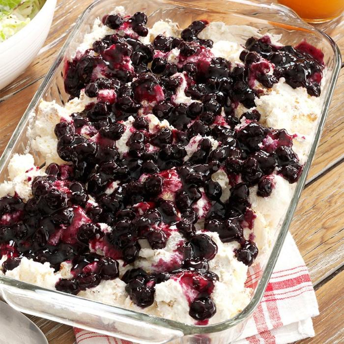 süße Torte mit Sauerkirsche Konfitür, weiße Creme, einfache Torte in gläsernen Gefaß