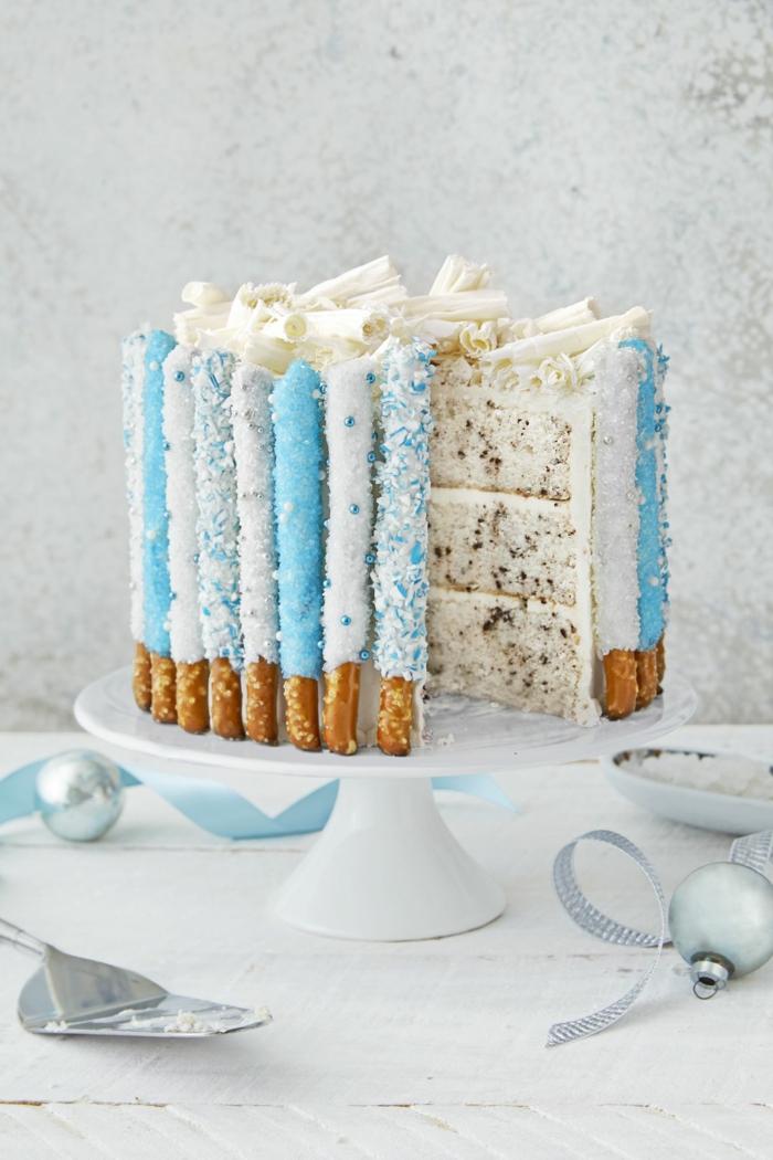 Salzstangen mit blauen Streucheln um die Torte, bunte Böden, einfache Torten