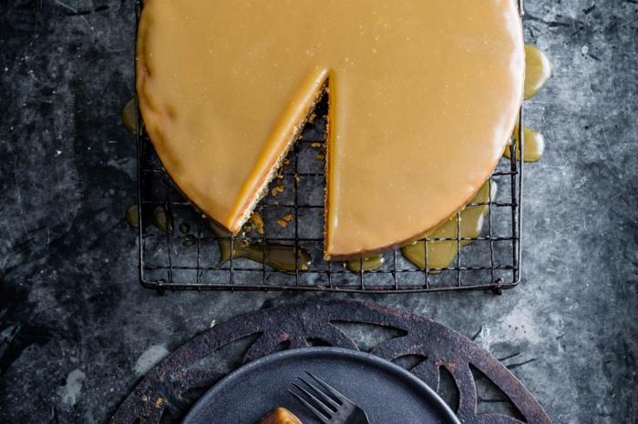 eine Torte mit Topping aus Karamel, einfache Torte, die sehr lecker sind