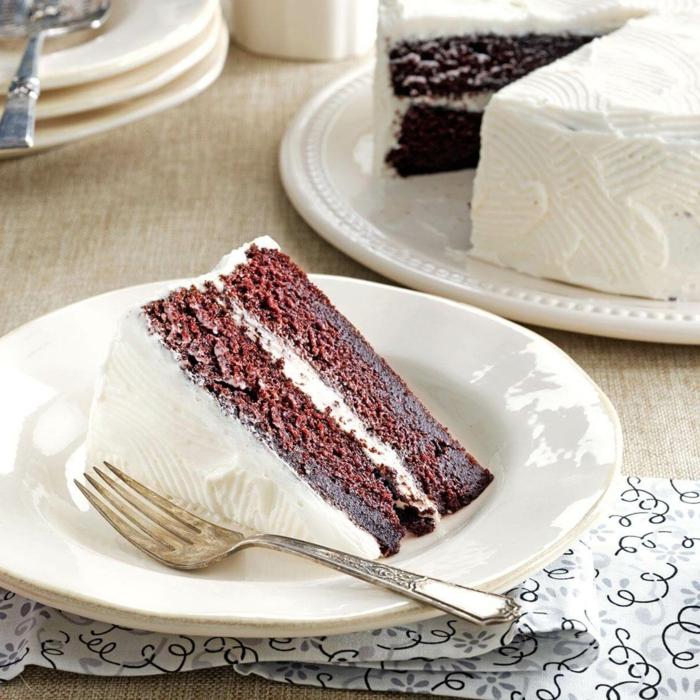 eine Schokolade Torte mit weißer Creme in der Mitte und bedeckt, einfache Torte