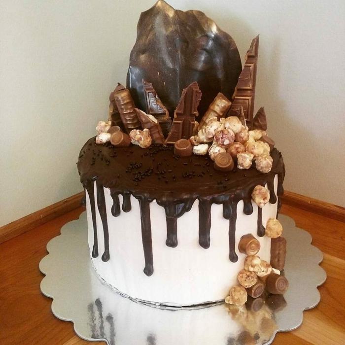 weiße Creme und schwarzes Topping, Schokoladen Dekoration, Popcorn, ausgefallene Torten