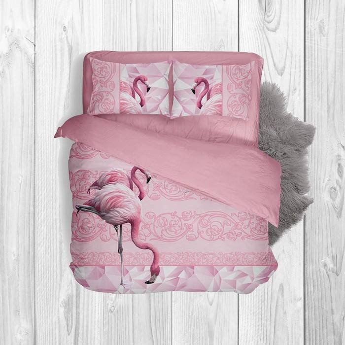 eine weiße wand aus holz und ein pinkes kissen und eine pinke decke mit pinken flamingos mit pinken federn