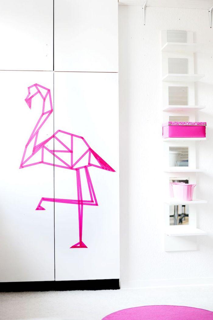 eine weiße wand mit einer violetten deko flamingo, eine wohnung einrichten ideen, flamingo tapete