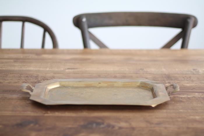 zwei braune stühne und eine weiße wand und ein brauner tisch aush holz, einen adeventskranz selber machen anleitung