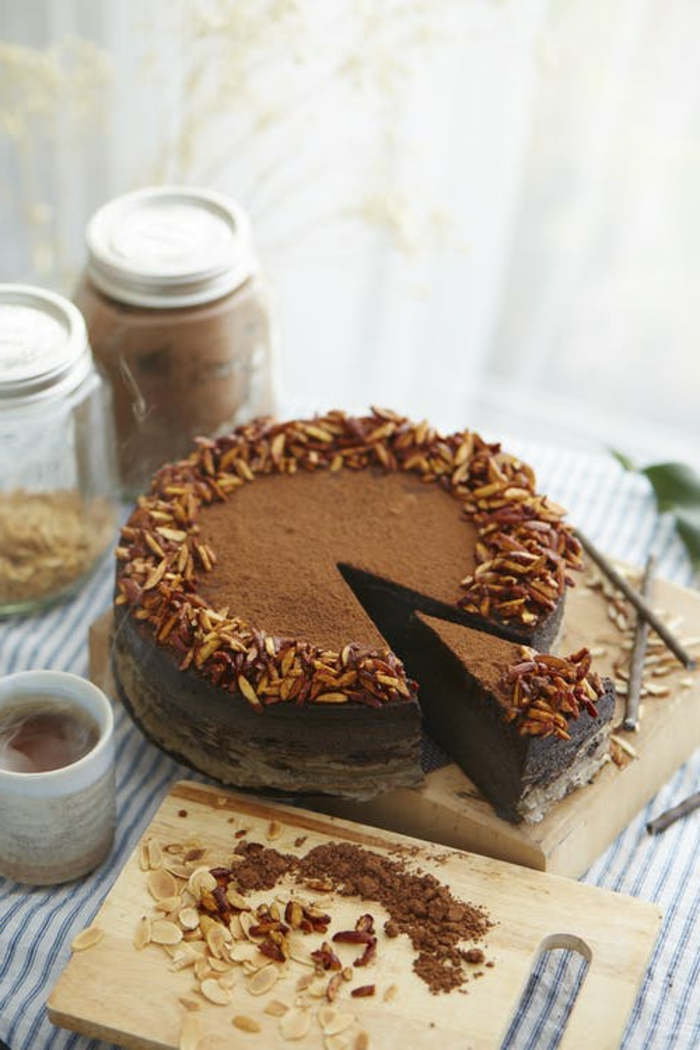 eine Torte mit Zimt gestreut, Schokoladen Stücke und Nüsse als Dekoration, ausgefallene Torten
