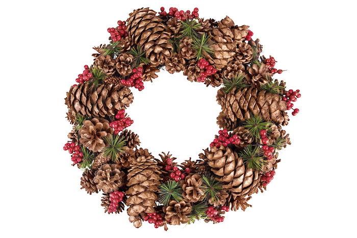 ein großer weihnachtskranz mit vielen braunen tannenzapfen und mit grünen ässten und kleinen ilex früchten