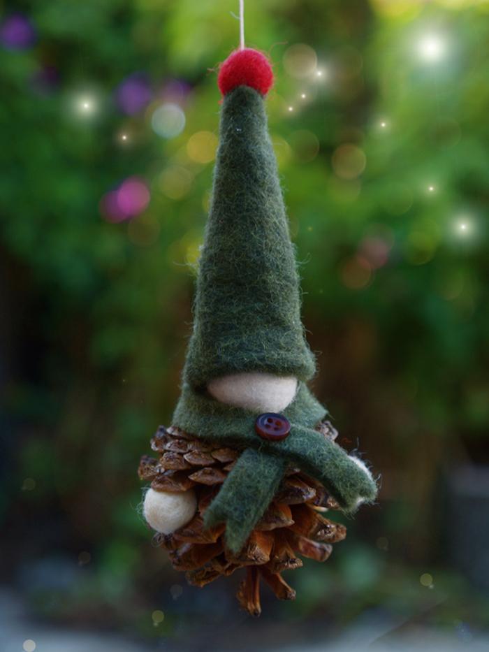 ein kleiner zwerg aus einem kleinen braunen tannenzapfen, basteln mit tannenzapfen weihnachten, ein zwerg mit einem grünen hut und mit einem schal, bastelideen für kinder
