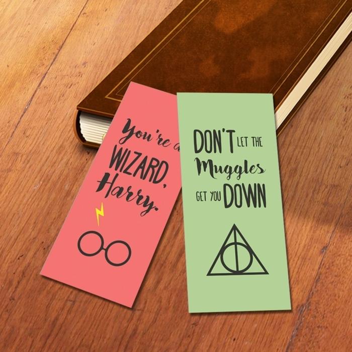 zwei Lesezeichen, ein rotes und ein grünes mit Zeichen und Zitaten aus den Büchern von Harry Potter