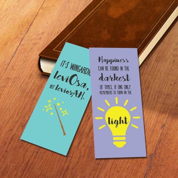 zwei Lesezeichen mit Zitaten und Zeichen aus Harry Potter in blauer und lila Farbe