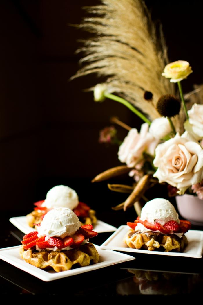 Deko für Babyparty, Süßigkeiten wie Schnuller mit Eis, Erdbeeren und belgischer Waffel