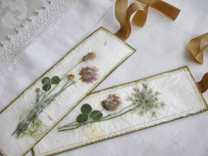 zwei Lesezeichen mit trockenen Blumen geschmückt, braune Schleifen, Lesezeichen selber basteln