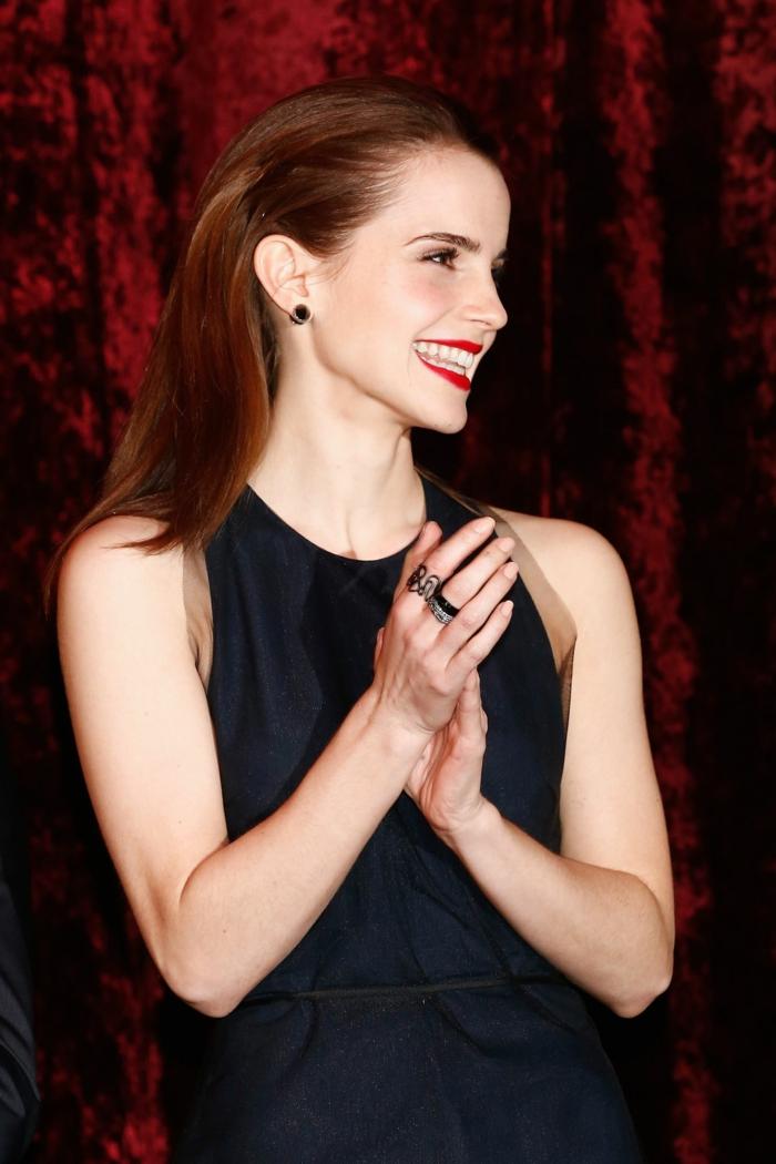 Emma ist ein Beispiel für Langhaarfrisuren, ein schwarzes Kleid, roter Lippenstift
