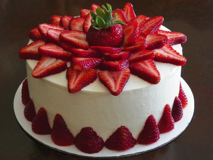 Erdbeere Torte, einfache Tortenrezepte, Torte mit weißer Creme mit vielen Erdbeeren