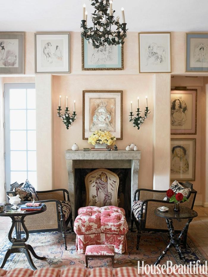 viele Bilder, zwei schwarze Sessel, ein Hocker, Kamin, schwarzer Kronleuchter, altrosa Farbe