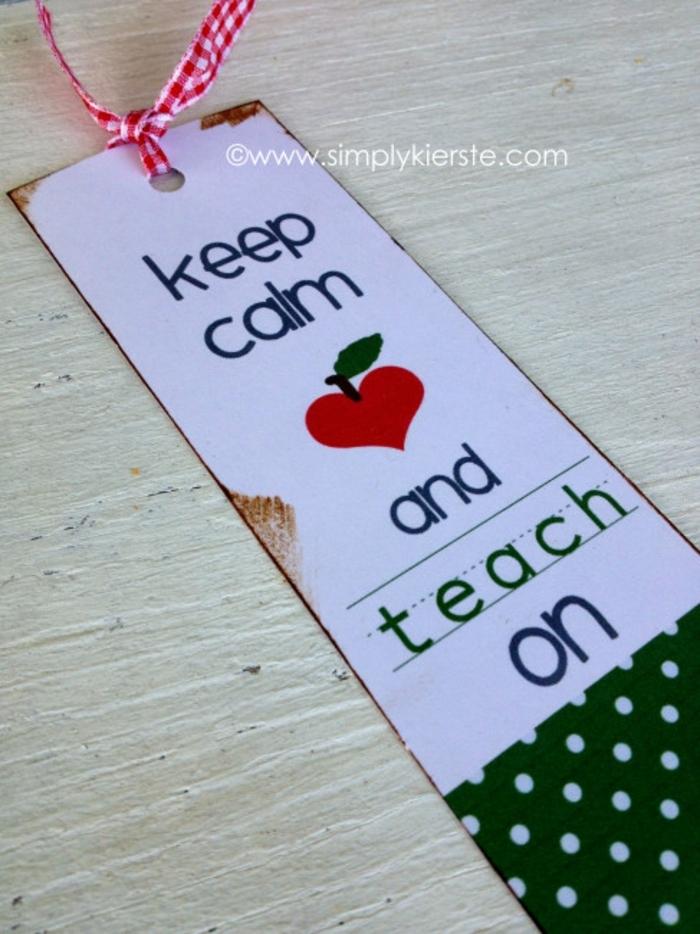ein Lesezeichen für Lehrer, ein weißer Karton und eine karierte Schleife, Lesezeichen selber basteln
