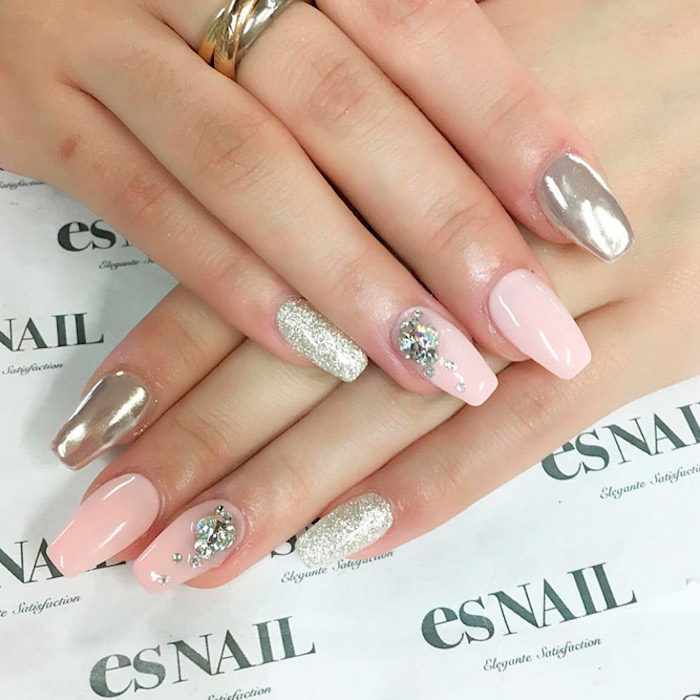 fingernägel selber machen, großer silberner ring, chrome nägel, glitzer