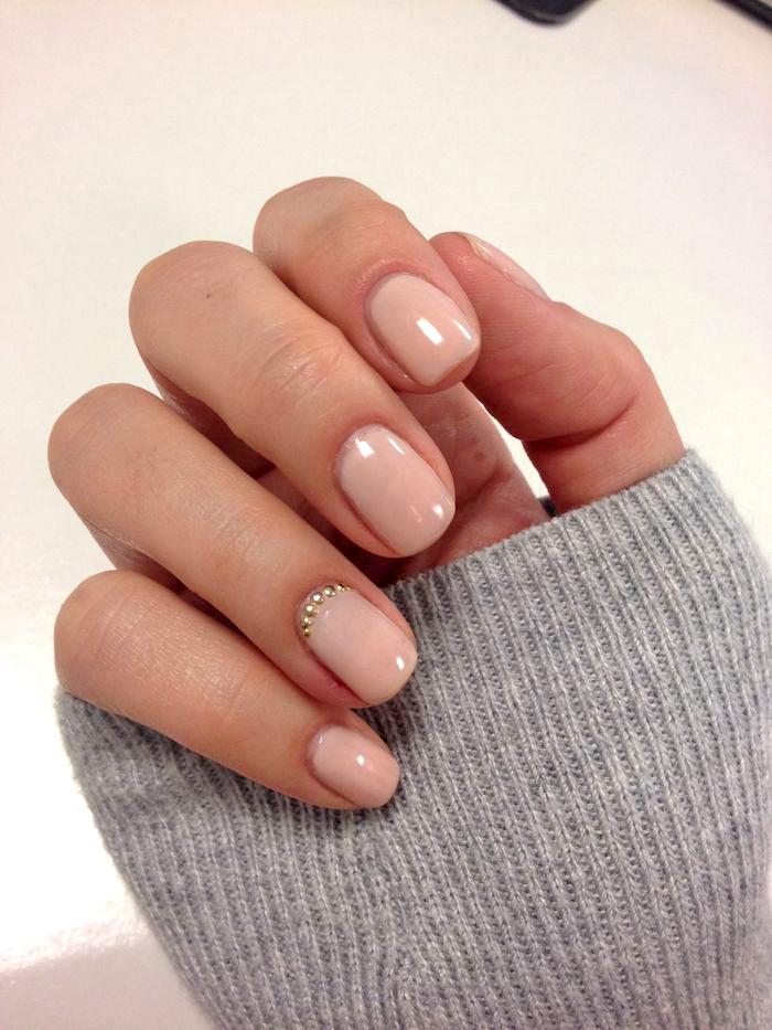 fingernägel selber machen, lange ärmeln, kurze nägel in beige, kleine strasssteinchen