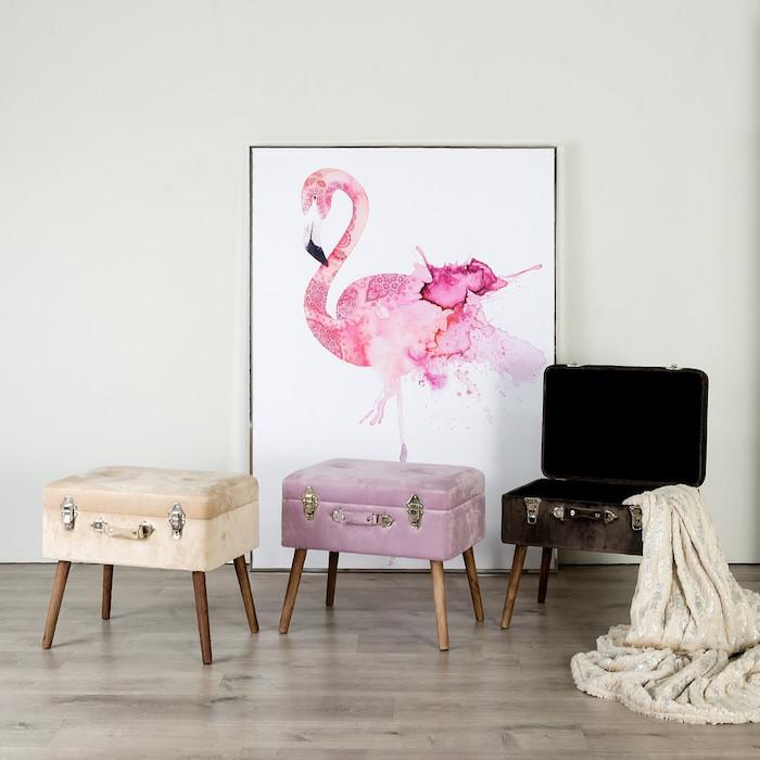 drei violette, schlarze und gelbe koffer und ein boden aus holz, ein bild mit einer großen pinken flamingo, flamingo bilder