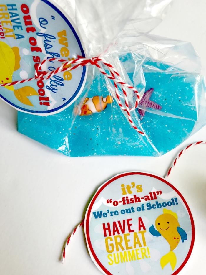 fluffy slime rezept idee, blauer schleim mit kleinen fisch figuren in einer tüte