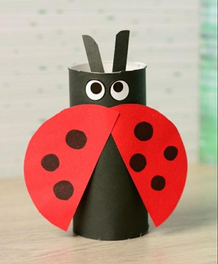 diy ideen deko aus papier selber machen, schwarzes und rotes papier zu einem marienkäfer gestalten, klorollen
