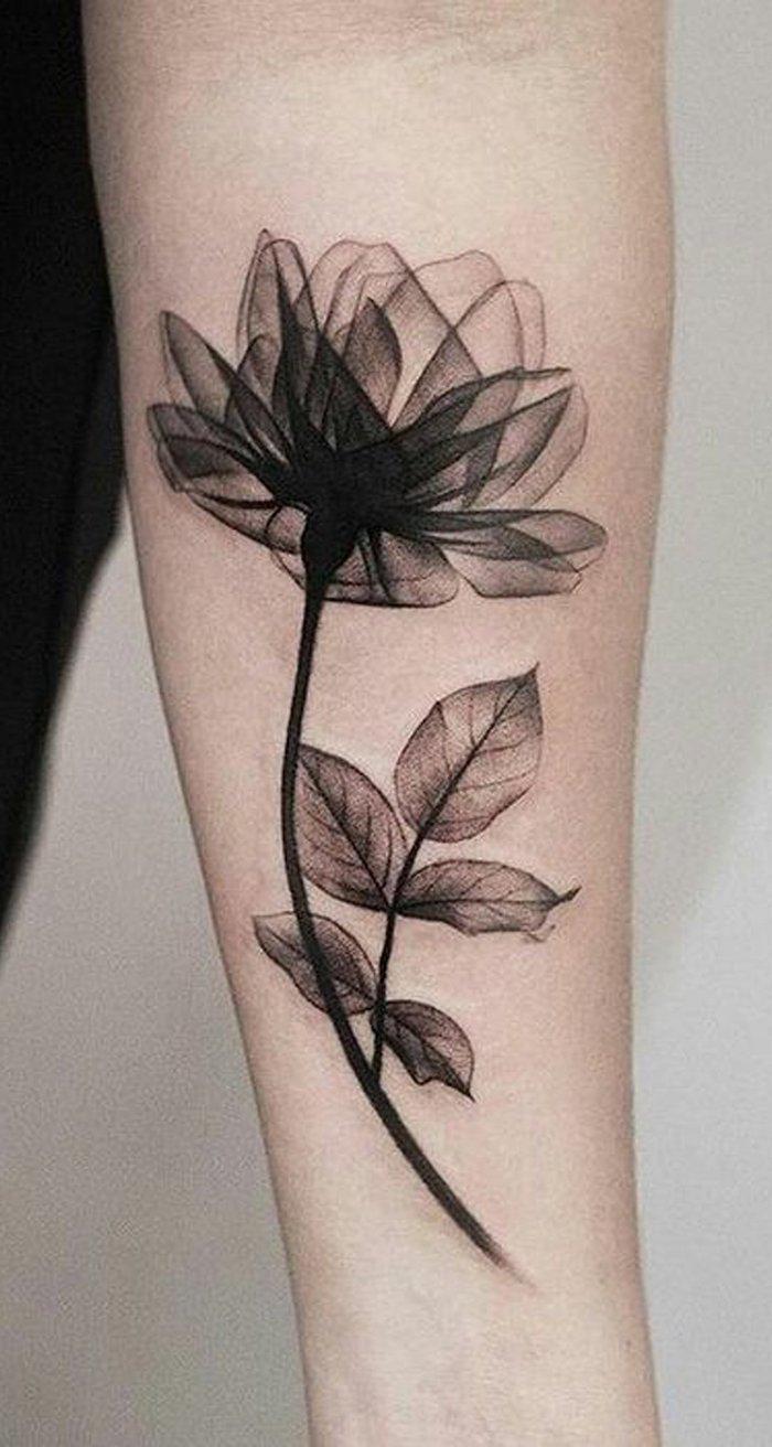 weiße wand und eine hand mit einem schwarzen tattoo mit einer schwarzen blume, tattoos ideen für frauen, großes arm tattoo