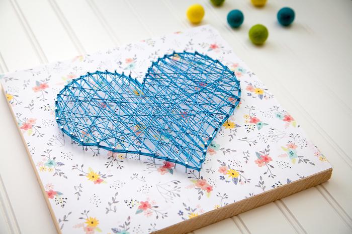 geburtstagsgeschenk ideen, wanddeko selber machen, fadenbild, herz aus blauem faden