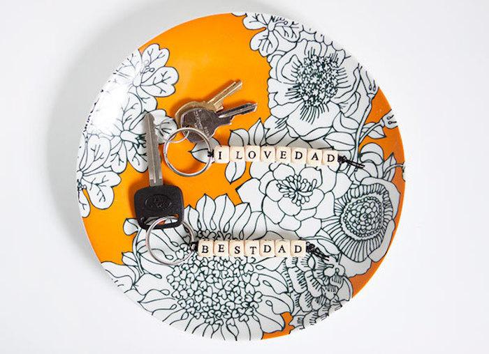 geburtstagsgeschenk ideen, oranger teller mit blumen motiv, selbstgemachte schlüsselanhänger, anleitung