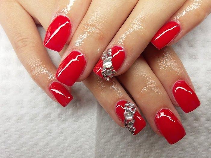 gelnägel anleitung, roter nagellack mit 3d dekorationen, steinen, strass