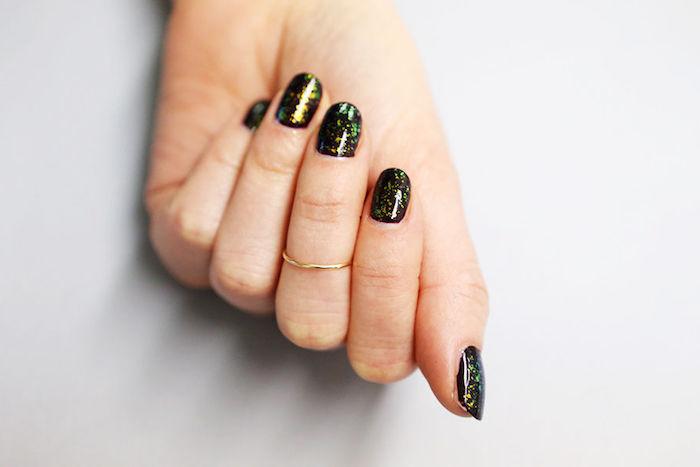 dünner goldener ring, gelnägel bilder, schwarzer nagellack mit glitzer in verchiedenen nuancen